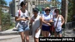 Акция феминисток возле мечети. Бишкек, 7 июля 2017 года.