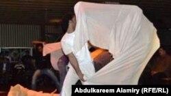 """مشهد من مسرحية """"السابعة بتوقيت شارع عبد الله بن علي"""""""