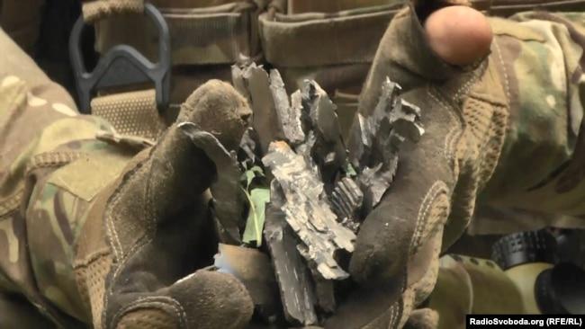 Бойцы демонстрируют последствия работы крупнокалиберной артиллерии боевиков