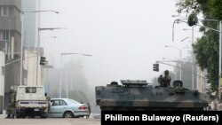 Военная техника на улицах Хараре.