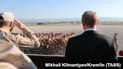 Министр обороны России Сергей Шойгу и президент России Владимир Путин (слева направо) на российской авиабазе «Хмеймим», Сирия, 11 декабря 2017 год