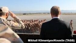 Президент России Владимир Путин смотрит на российских военных в Сирии, 11 декабря 2017 г.