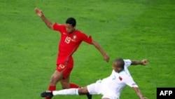 Switzerland - Portuguese forward Nani (L) vies with Turkish midfielder Mehmet Aurelio during the Euro 2008 Championships Group A football match Portugal against Turkey on June 7, 2008 at Geneva stadium in Geneva, Switzerland.