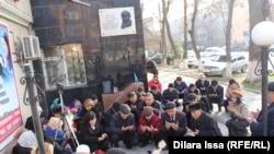 Участники акции во время поминальной молитвы. Шымкент, 16 декабря 2016 года.