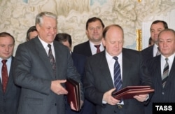 Барыс Ельцын, Станіслаў Шушкевіч і Вячаслаў Кебіч