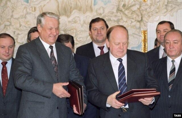 Борис Ельцин и Станислав Шушкевич после подписания соглашения о торгово-экономическом сотрудничестве