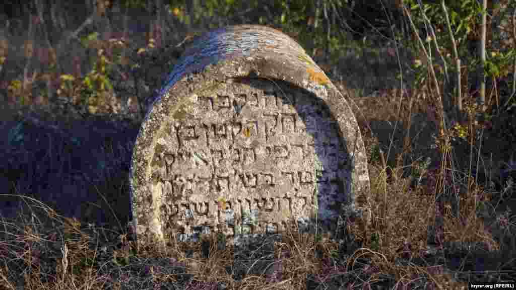 На кладовищі налічується близько 120 пам'ятників, найстаріший з яких датується 1805 роком. Кладовище є одним з найважливіших джерел історії караїмів у Феодосії. Крім загальноприйнятих форм надгробків, тут є пам'ятники, властиві тільки цьому місцю. Всього ж на кладовищі можна побачити 16 типів пам'ятників. Майже всі написи зроблені староєврейською мовою. Тільки на найновіших могилах, що відносяться до ХХ століття, є дублюючі написи російською мовою