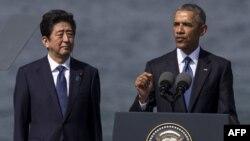 Жапония премьер-министрі Синдзо Абэ (сол жақта) АҚШ президенті Барак Обамамен Перл-Харбор әскери базасында. 27 желтоқсан 2016 жыл.