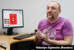 Андрій Єрмоленко показує свої роботи агентству Reuters у Києві 13 червня 2018 року