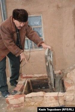 Құдықтан су алып тұрған тұрғын. Атырау, 6 ақпан, 2007 жыл