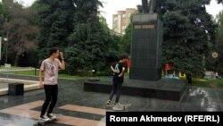 Старшеклассники катаются на скейтбордах у памятника Шокану Уалиханову. Алматы, 6 мая 2017 года.