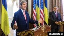 Держсекретар США Джон Керрі (л) і президент України Петро Порошенко (п) на прес-конференції в Києві, 7 липня 2016 року (©Shutterstock)