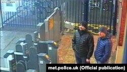 Подозреваемые в покушении на Скрипалей на вокзале в Солсбери 3 марта 2018 года. Кадр, обнародованный британской полицией.