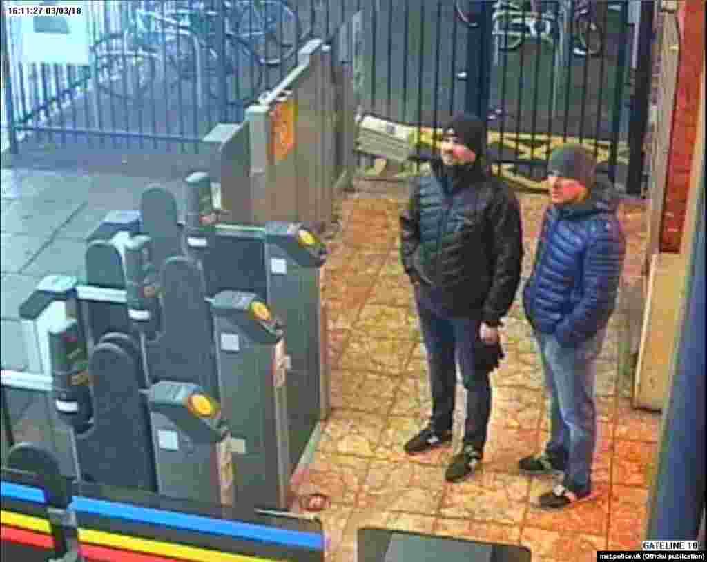Подозреваемые на железнодорожной станции в Солсбери в ожидании поезда назад в Лондон. Кадр с камеры слежения. Суббота, 3 марта, 16:11.