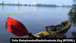 Човен мандрівника Сергія Гордієнка біля берега Дніпра