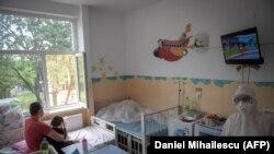 Medic într-un salon pentru pacienții COVID din spitalul Victor Babeș din Timișoara