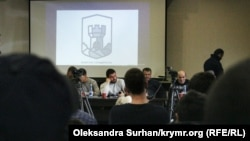 Собрание на фоне логотипа «Крымской солидарности»