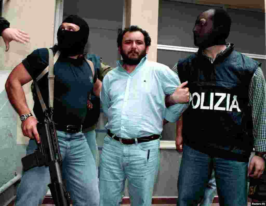 ИТАЛИЈА - Шефот на сицилијанската мафија, Џовани Бруска е ослободен од затвор по 25 години, пренесува Би-Би-Си. Сега ќе издржува условна казна четири години.