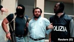 Джованни Бруску этапируют из штаба полиции в Палермо, 1996 год, архив.