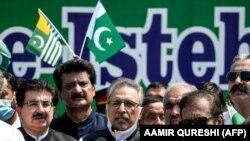 La demonstrații a participat și președintele pakistanez Arif Alvi (centru). Islamabad, 5 august 2020