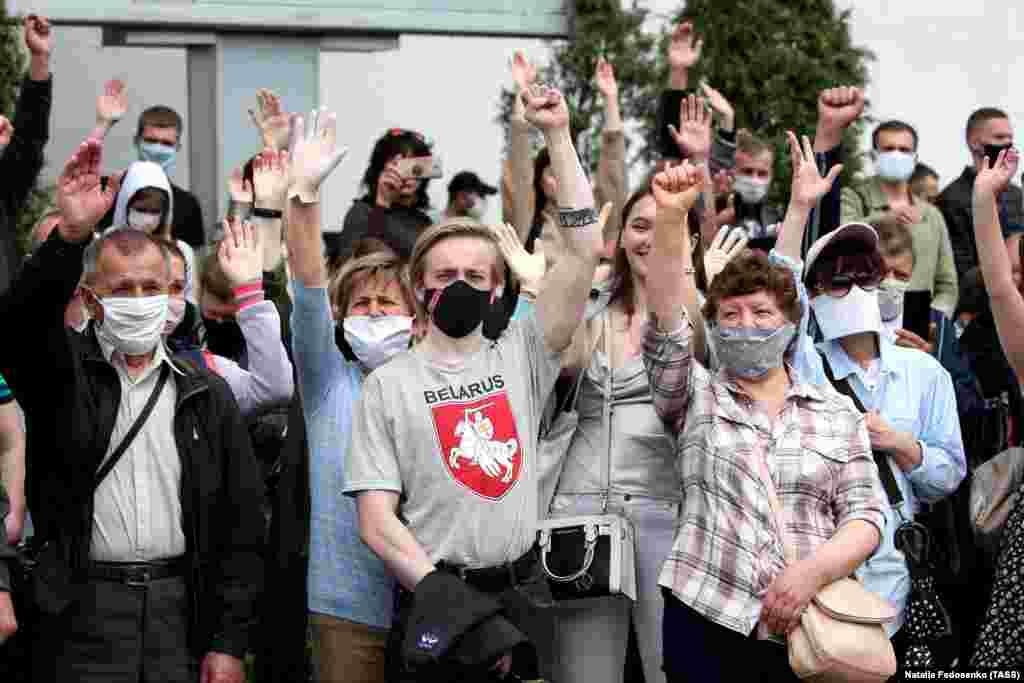 Люди з масками на обличчях відвідують акцію біля ринку «Комаровка» в Мінську 7 червня. Мітинг організували активісти для збору підписів на підтримку опозиційних кандидатів на президентських виборах