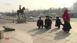 Алматылық белсенділер қаза тапқан балаларды аза тұтты