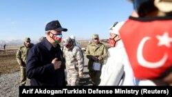 Թուրքիայի պաշտպանության նախարար Հուլուսի Աքարը Կարսի նահանգում Ադրբեջանի հետ համատեղ զորավարժությունների ժամանակ, 11-ը փետրվարի, 2021թ․