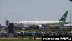 Літак Авіаліній Іраку в аеропорту в Мінську