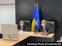 Miniștrii români ai Apărării și de Externe, Nicolae Ciucă (dreapta) și Bogdan Aurescu (stânga)