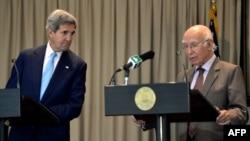 Джон Керрі (л) і Сартадж Азіз (п) на прес-конференції в Ісламабаді, 1 серпня 2013 року