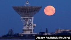 Kezlev yanında Terekli Qoñrat (Moloçnoye) köyüniñ teleskopı artında super ay
