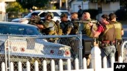 Сотрудники полиции в калифорнийском городе Сан-Бернардино. США, 2 декабря 2015 года.