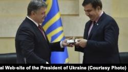 Петр Порошенко вручает Михаилу Саакашвили удостоверение главы Одесской областной администрации