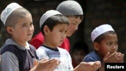 Дети принимают участие в молитве, Бишкек, 25 июня 2010 года.