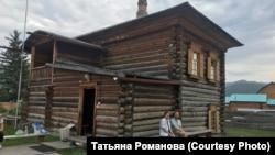 Туристы у музея Николая Рериха (дом В. Атаманова) в Верхнем Уймоне