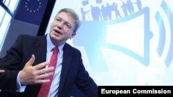 Եվրամիության հանձնակատար Շտեֆան Ֆյուլեն ելույթ է ունենում կոնֆերանսի ժամանակ, արխիվ