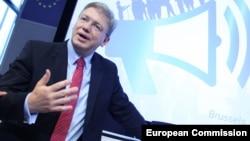Եվրամիության հանձնակատար Շտեֆան Ֆյուլեն ելույթ է ունենում կոնֆերանսի ժամանակ, հունիս, 2013թ․