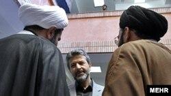 کامران دانشجو (نفر وسط)، وزیر علوم