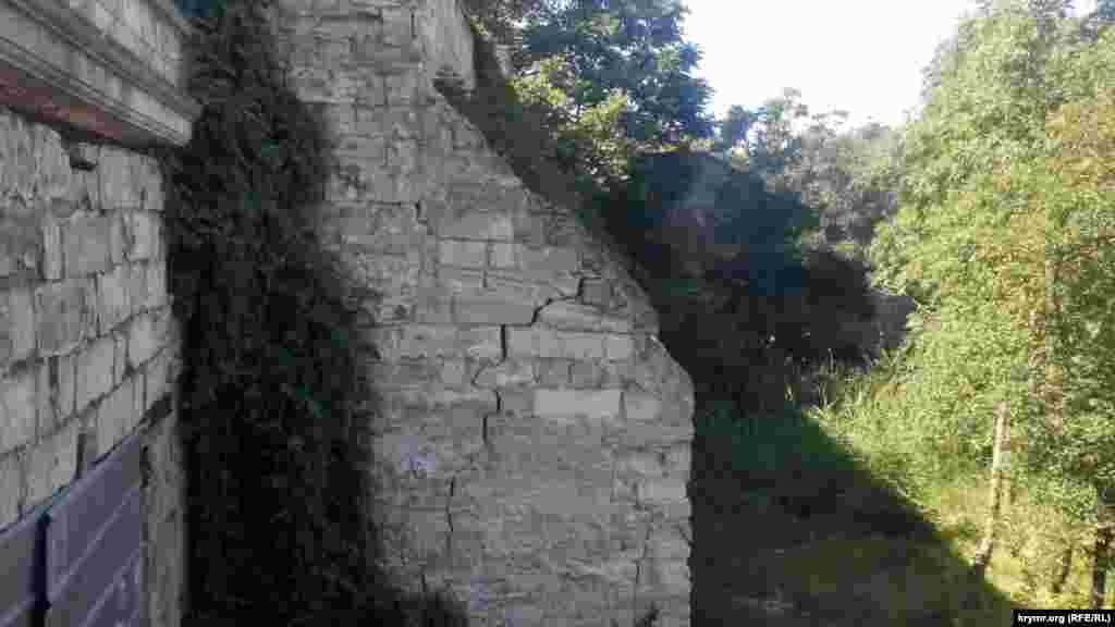 Трещины в Митридатской лестнице