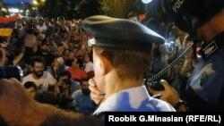 Силовики ведут переговоры с протестующими против повышения тарифов на электроэнергию. Ереван, 24 июня 2015 года.