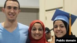 ABŞ - Deah Barakat (solda), Yusor Abu-Salha (ortada) və Razan Abu-Salha