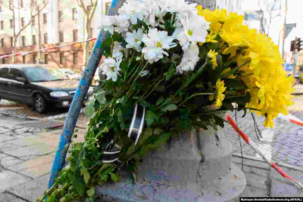 На місце трагедії приносять квіти