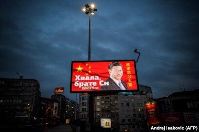 """Një bilbord në Beograd ku shkruan """"Faleminderit vëllai Xi"""", pasi Serbia pranoi ndihma nga Kina në kohën e pandemisë."""
