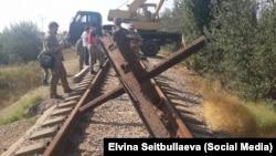 Активисты «крымского майдана» заблокировали железную дорогу, ведущую из Херсонской области на завод «Крымский Титан», 28 сентября 2015 года