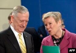 Джеймс Мэттис и зам. Генсека НАТО Роуз Геттемюллер