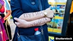 "Goşarlaryna ""Putin ganhor"" diýip ýazyp, Alekseý Nawalnyny goldaýan piketçi. Sankt-Petersburg, 21-nji awgust, 2020"