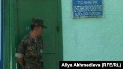 Алматы облысының Үшарал қаласындағы шекара заставасында тұрған шекарашы. 31 мамыр 2012 жыл.