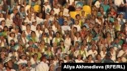 Ликующие зрители на стадионе. Талдыкорган, 15 августа 2012 года.