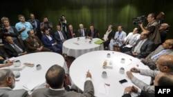 اسماعیل ولد شیخ احمد، نماینده سازمان ملل در امور یمن، در حال گفتوگو با هیئت شورشیان