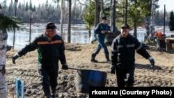 Разлив нефтесодержащей жидкости на река Колва. Россия, Республика Коми, май 2021 года